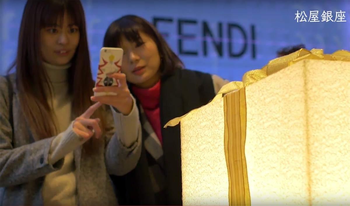 Ce cadeau envoie des informations aux smartphone par la lumière qu'il émet...