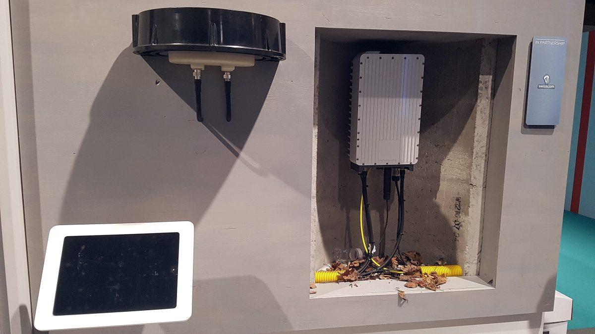 A gauche, l'antenne qui affleure la surface du trottoir et à droite le module radio étanche.